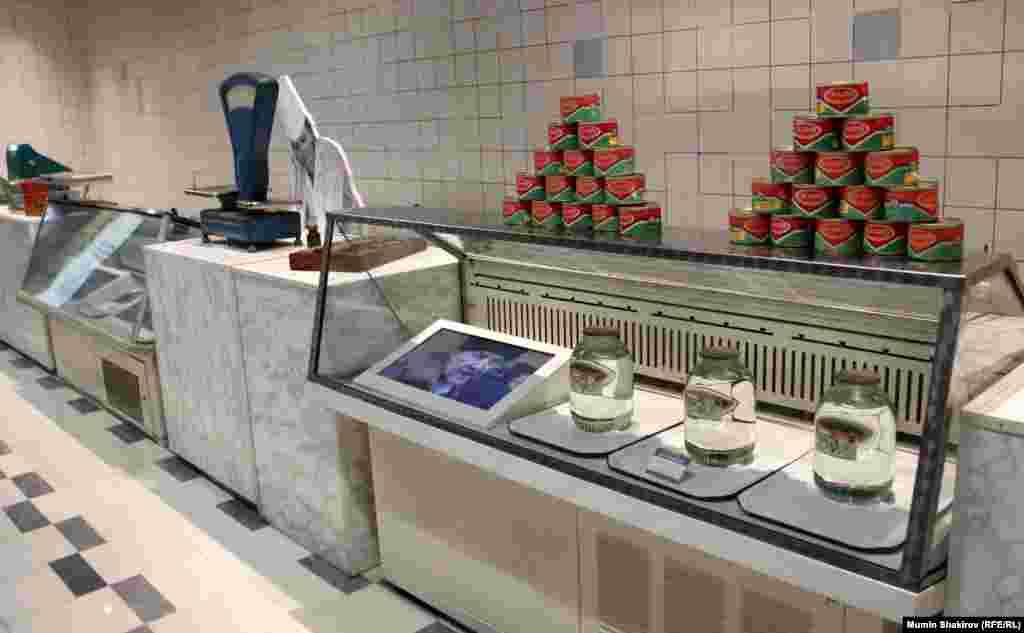 Зал – початок 90-х. Вітрини російських магазинів до «шокової терапії» віце-прем'єра Єгора Гайдара.