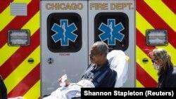 Парамедики доставляють чоловіка до відділення невідкладної допомоги, Чикаго, США, 21 квітня 2020 року