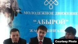 Активисты молодежных организаций Махамбет Абжан, Азамат Жетписбаев, Жанбота Карашолаков на пресс-конференции в Астане. 9 апреля 2010 года.