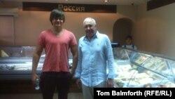 «СНГ Маркет» дүкенінің директоры Дмитрий Пучкин (сол жақта) туысымен бірге супермаркеттің ашылуында тұр. Мәскеу, 12 қыркүйек 2014 жыл.