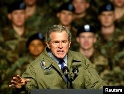 Джордж Буш АҚШ солдаттары алдында сөйлеп тұр. Техас, 3 қаңтар 2003 жыл.