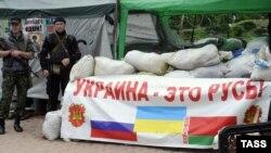 Блокпост пророссийских сепаратистов в Луганске.