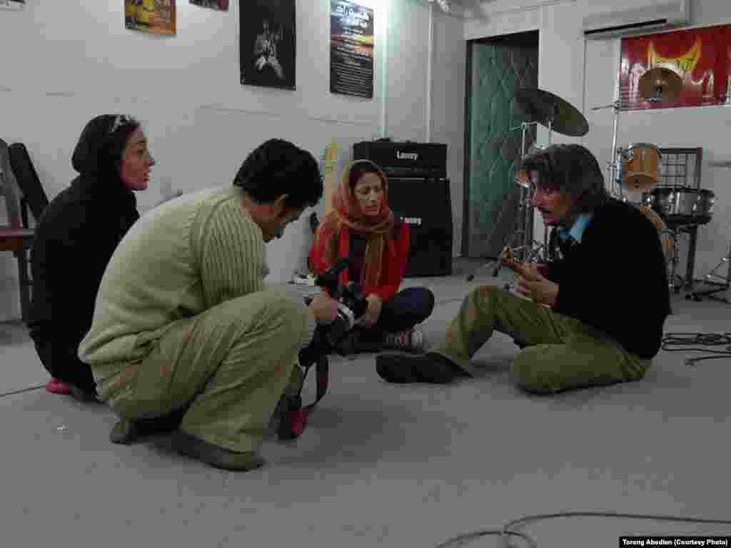 از راست: محسن نامجو، سارا نائینی، تورج اصلانی و ترنگ عابدیان در استودیو گروه راک «آوای مردمی» در کرج