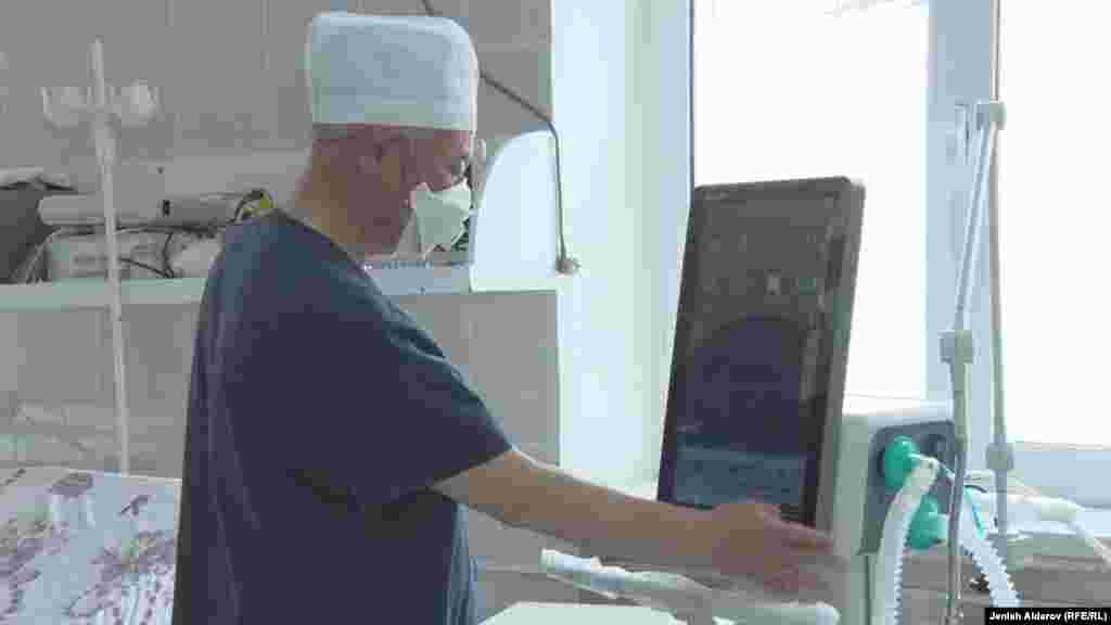Отделению реанимации Баткенской областной больницы меценаты подарили новый аппарат искуственной вентиляции легких (ИВЛ). На фото - заведующий отделением Рустам Хусеинов.