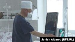 Медработник в больнице в Баткене. Иллюстративное фото.