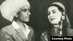 "Aýdogdy Gurbanow (çepde) kompozitor Aman Agajykowyň ""Sona"" operasynda Annanyň rolunda. Çeşme: Türkmen-sowet ensiklopediýasy. 8-nji tom, 376-njy sahypa."