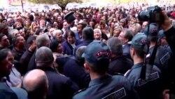 Ցույց կառավարության շենքի մոտ. առևտրականները վարչապետի հետ հանդիպում են պահանջում