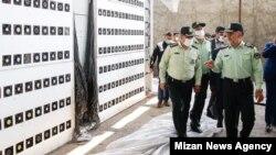 حسین رحیمی، فرمانده پلیس تهران بزرگ، در حال بازدید از مزرعه رمزارز چیتگر