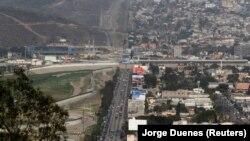 АКШ менен Мексиканын чек арасы. Сүрөттө АКШнын Сан-Диего жана Мексиканын Тихуана шаарларынын Мексика тараптан тартылган сүрөттөгү көрүнүшү. 4-апрель, 2018-жыл.