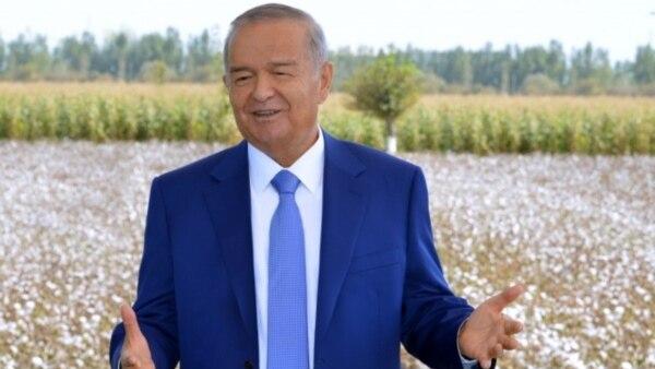 Узбекские чиновники любят позировать на камеру на фоне белых хлопковых полей