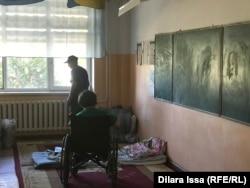 Оставшаяся без крыши над головой семья, которая живет сейчас в школе Арыси.