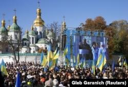 Люди слухають президента України Петра Порошенка під час молитовного заходу за томос для України. Київ, Софійська площа, 14 жовтня 2018 року