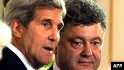 Держсекретар США Джон Керрі (ліворуч) і президент України Петро Порошенко