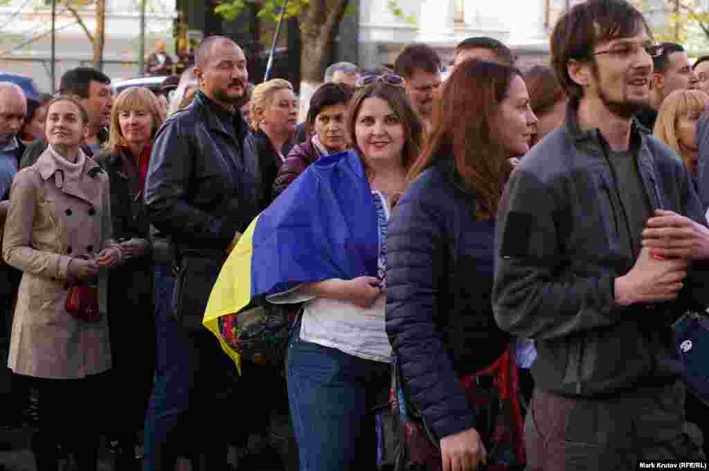 На акцию, организованную активистами из числа сторонников президента Украины, собралось несколько тысяч человек.