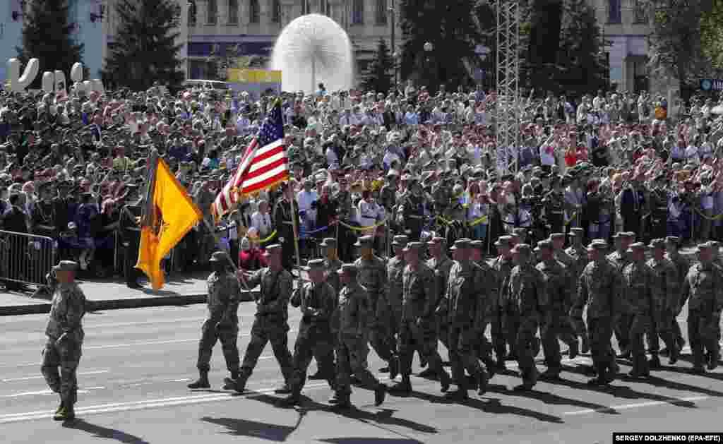 У параді взяли участь вісім іноземних держав. Хрещатиком крокували військові Великої Британії, США, Канади, Литви, Естонії, Польщі, Румунії, Молдови, прапороносці Грузії, Латвії, Данії, Польщі. На фото –військові США