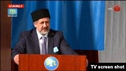 Председатель меджлиса крымско-татарского народа Рефат Чубаров выступает на курултае в Бахчисарае, 29 марта 2014 года.