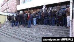 Сотрудники Метрополитена проводят акцию протеста против обязательных накопительных пенсионных выплат, Ереван, 12 февраля 2014 г.