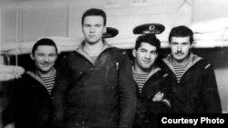 Певец Адалет Шукюров в годы службы в Военно-морском флоте (второй справа)