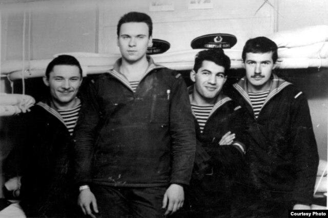 Müğənni Ədalət Şükürov (sağdan ikinci)