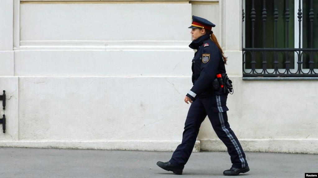 این تصویر آرشیوی یک افسر پلیس اتریش را در وین نشان میدهد