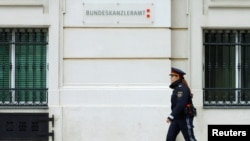 Austrija, policajac pred zgradom vlade, arhivska snimka
