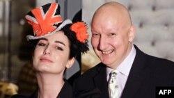 Стивен Джонс с моделью, которая демонстрирует его шляпу