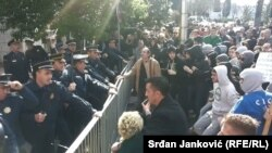 Наразылық шеруіне шыққандар мен полиция қарсы тұр. Подгорица, Черногория, 15 ақпан 2014 жыл.