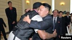 Ким Чен Ын приветствует Денниса Родмана в Пхеньяне в феврале прошлого года