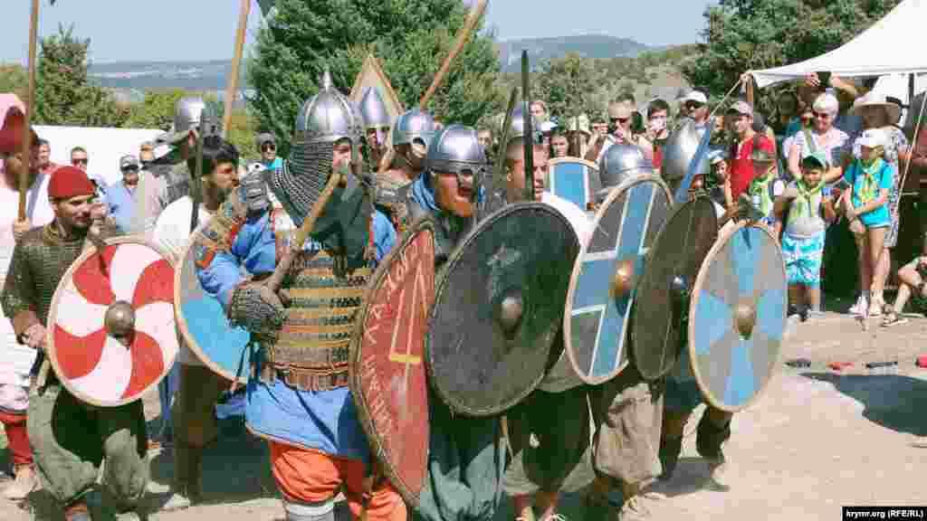Воїни зайняли оборону, прикрившись щитами