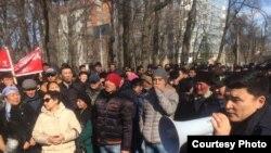 Митинг сторонников депутата парламента Алмамбета Шыкмаматова у здания ГКНБ Кыргызстана. Бишкек, 24 февраля 2017 года.
