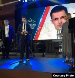 """Саша Філіпенка падчас атрыманьня прэміі """"Зроблена ў Расеі""""."""