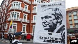 Podrška Assangeu ispred ambasade Ekvadora u Londonu