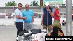 Люди с покупками, сделанными на казахстанской стороне. 16 мая 2018 года.