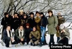 ჯოანა სტინგრეი (უკანა რიგში, მარცხნიდან მესამე) აკვარიუმის, ალისას, კინოს და სტრანნიე იგრის წევრებთან ერთად ფოტოზე, რომელიც Red Wave-ალბომისთვის გადაიღეს 1986 წელს.