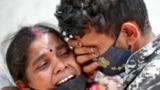 O femeie din Ahmedabad, India, în apropierea spitalului COVID în care a murit soțul ei. 20 aprilie 2021.