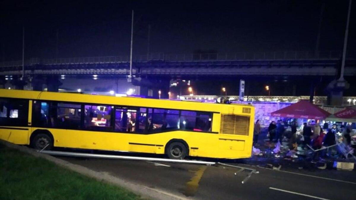 В Киеве автобус выехал на пешеходную зону, погиб человек