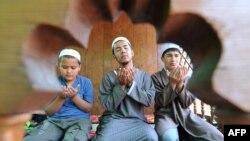 Сүрөттө: балдар Бишкек мечитинде намаз окуп жатышат.