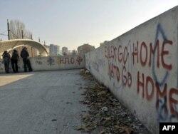 Srbi na glavnom mostu preko Ibra u Mitrovici, novembar 2011.