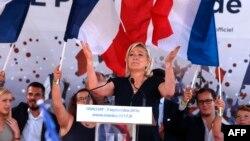 Марин Ле Пен во время встречи с избирателями, Франция, 3 сентября 2016 года. Иллюстративное фото.