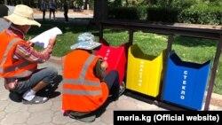Сотрудники «Тазалыка» устанавливают сортировочные урны. Бишкек, 2 июля 2019 года.