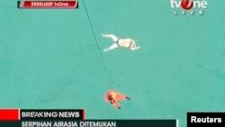 صحنهای از بازیابی اجساد قربانیان پرواز ایر-آسیا در دریای جاوه. ۳۰ دسامبر ۲۰۱۴.