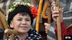 Дете от коледарска група в Русе