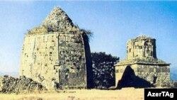 Laçın rayonunun Cicimli kəndi yaxınlığında iki türbə yanaşı ucalır.