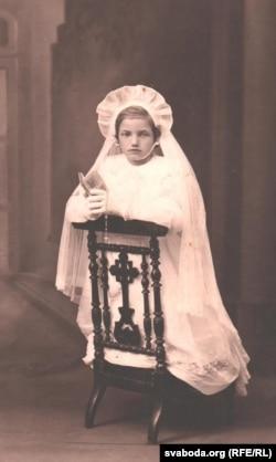 Яніна Гринцевич перед першим причастям у костелі