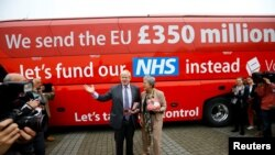 Борис Джонсън дава изявление пред емблематичния червен автобус на кампанията за излизане от ЕС. Датата е 11 Май 2016