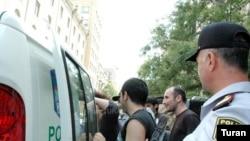 3 jurnalist sərbəst buraxılıb, aksiya iştirakçıları isə hələ də bölmədə saxlanılır