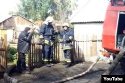Пожарные ведут откачку воды в микрорайоне «Костангельды» после наводнения. Скриншот c сайта YouTube. Жезказган, 30 сентября 2012 года.