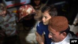 Чоловік несе хлопчика, пораненого внаслідок вибуху в суфійському храмі, Пакистан, 12 листопада 2016 року
