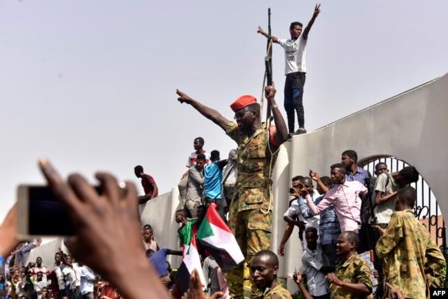 Апрель 2019 года, жители столицы Судана, Хартума, празднуют свержение Омара аль-Башира в результате военного переворота