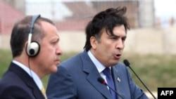 Грузия президенті Михаил Саакашвили мен Түркия премьері Реджеп Эрдоган Баку-Тбилиси-Жейхан құбыры арқылы түріктердің Жейхан портына мұнай тасымалдау мәселесін талдады. Тамыз, Тбилиси, Грузия.